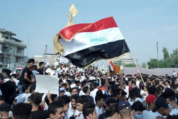 Commando di incappucciati spara sui manifestanti: 18 morti