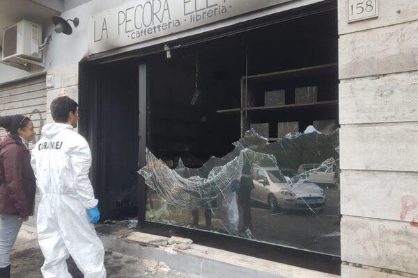 """Roma, Libreria antifascista data alle fiamme. """"Sono entrati e hanno dato fuoco a tutto"""""""