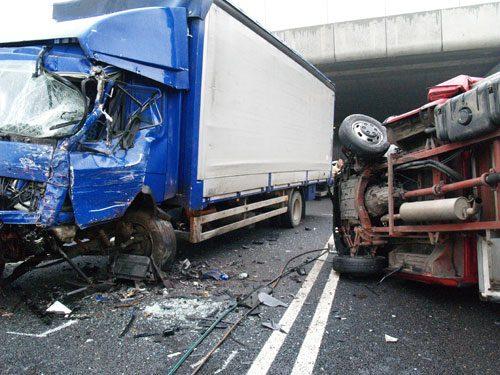 Auto travolge operai a bordo strada: quattro morti e un ferito gravissimo