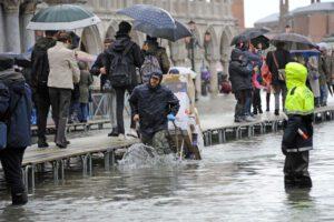 Acqua alta record a Venezia, due morti e danni al centro storico