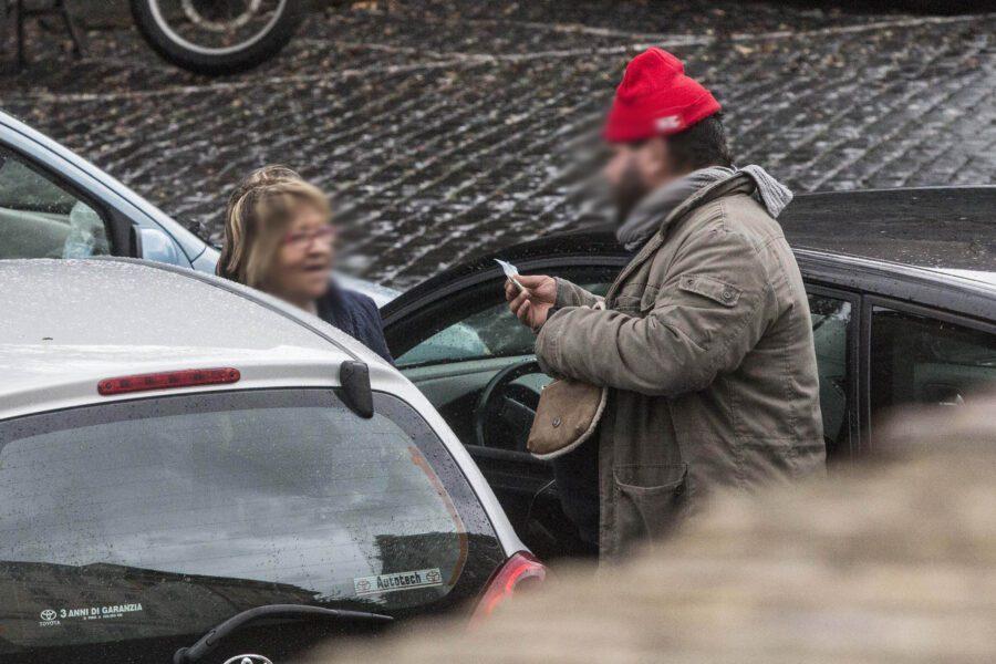 Napoli: Ha reddito di cittadinanza, pensione di invalidità e fa il parcheggiatore abusivo