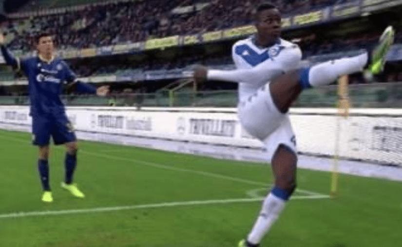 Serie A razzista, Balotelli calcia contro i tifosi del Verona