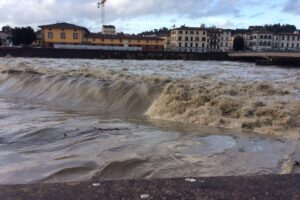 Maltempo, paura per la piena dell'Arno. Forti disagi nel grossetano