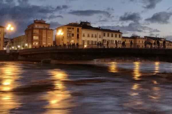 Maltempo, i fiumi esondano in Toscana ed Emilia. Allarme per l'Arno