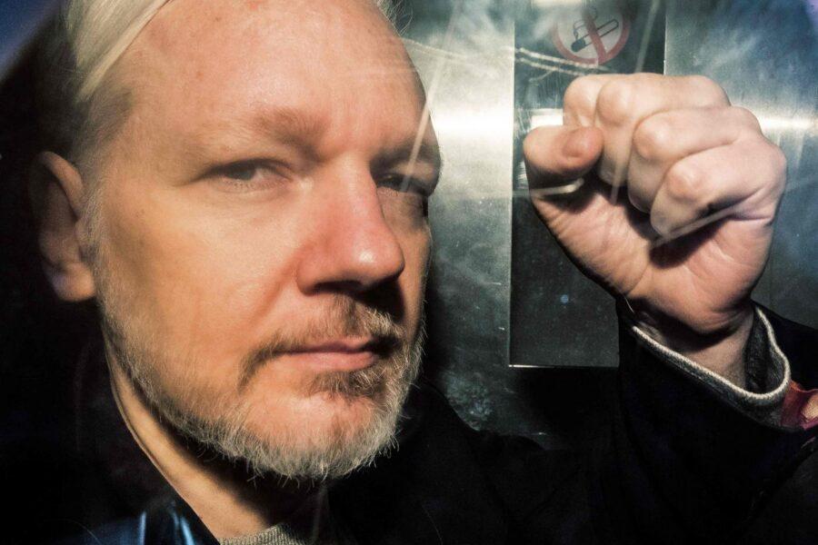 """""""Assange rischia di morire in carcere"""", appello dei medici per il fondatore di Wikileaks"""