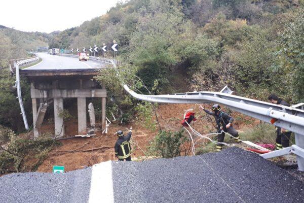 """Viadotto crollato per la frana, gli esperti: """"In bilico 15mila metri cubi di fango"""""""