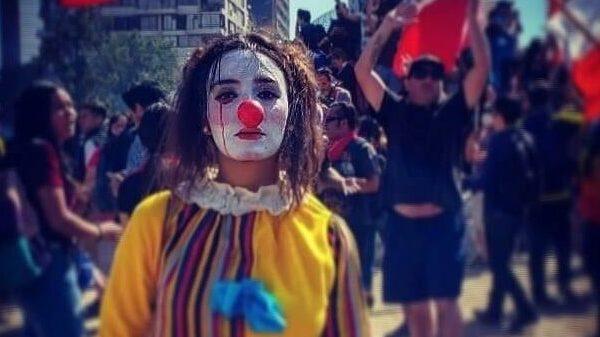 Lo strano suicidio di Daniela Carrasco, trovata morta durante le proteste in Cile
