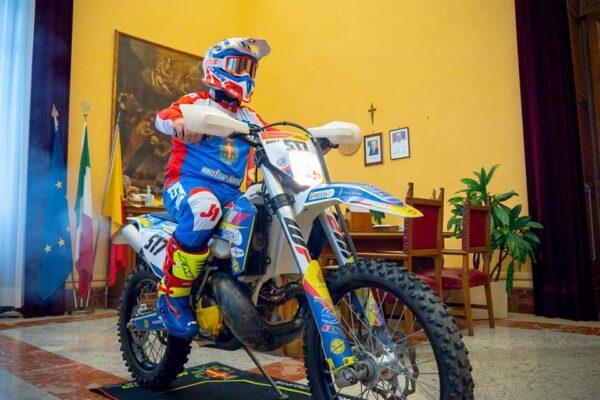Il sindaco fa motocross in municipio, scoppia la polemica