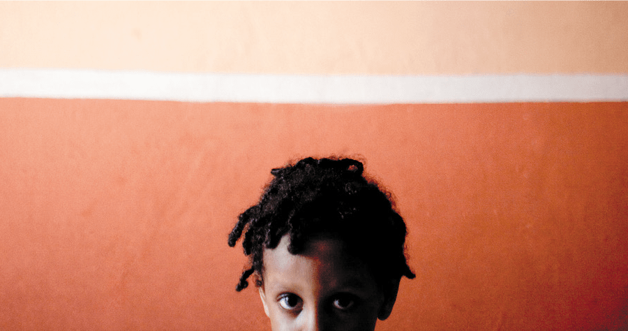 Divine, il bimbo nigeriano col mappamondo sulle spalle