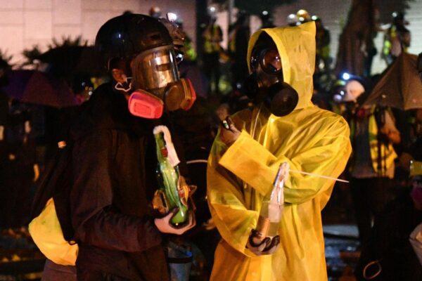 Hong Kong, battaglia al Politecnico: lacrimogeni e arresti per reprimere la protesta