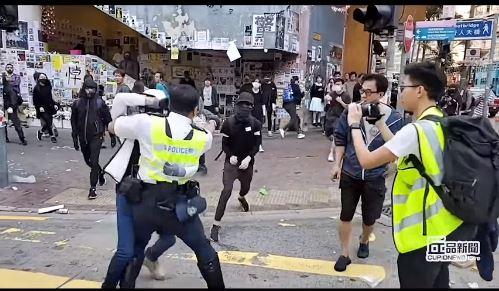 Hong Kong brucia: agenti sparano sugli studenti, ragazzi danno a fuoco un uomo