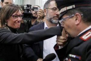 """Cucchi, fu omicidio: condannati a 12 anni i due carabinieri. Baciamano a Ilaria: """"Fatta giustizia"""""""