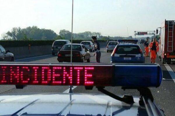 Spaventoso incidente in autostrada: muoiono padre, madre e neonata