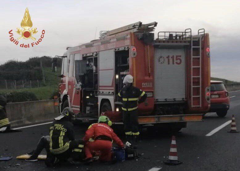 Carambola tra furgone, bus e auto: un morto in autostrada