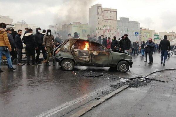 Rivolta in Iran contro il caro carburante: ucciso un poliziotto