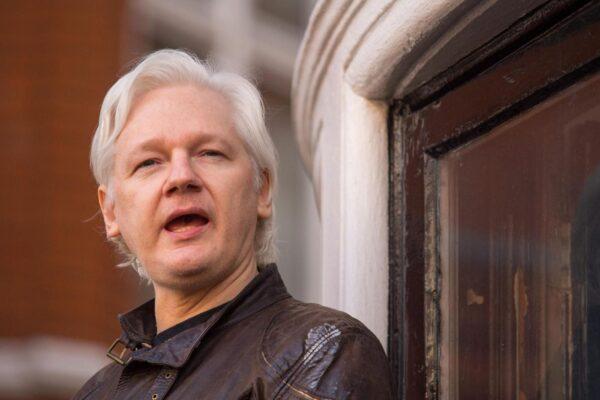 Julian Assange sta morendo in carcere, il grido d'aiuto del padre