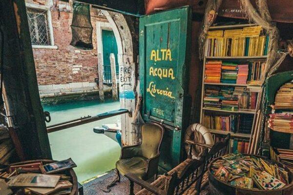 Libreria Acqua Alta di Venezia: centinaia di testi sommersi dalla marea
