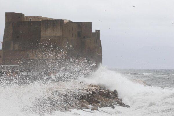 Temporali, grandinate e raffiche di vento: allerta meteo di 12 ore su Napoli