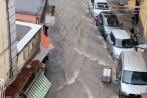 Bomba d'acqua su Napoli, le strade trasformate in fiumi