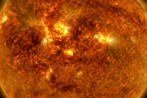 Mercurio passa davanti al Sole, culmine dell'eclissi in Italia alle 15.20