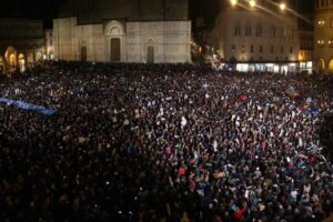 Salvini a Bologna, a piazza Maggiore 10mila 'sardine' contro il leader della Lega