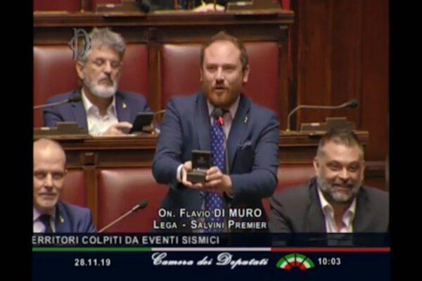 Proposta di matrimonio in Parlamento, durante la discussione deputato leghista tira fuori l'anello