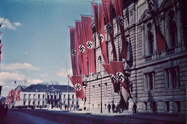 Le origini della svastica fino all'utilizzo per lanciare il nazismo