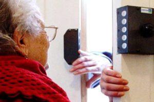 """""""La zia tiene la cassaforte in casa"""", apre e accoglie rapinatori che terrorizzano anziana"""