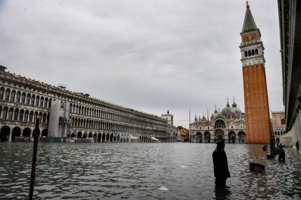 Acqua alta a Venezia, sospesi i mutui: domani atteso un nuovo picco