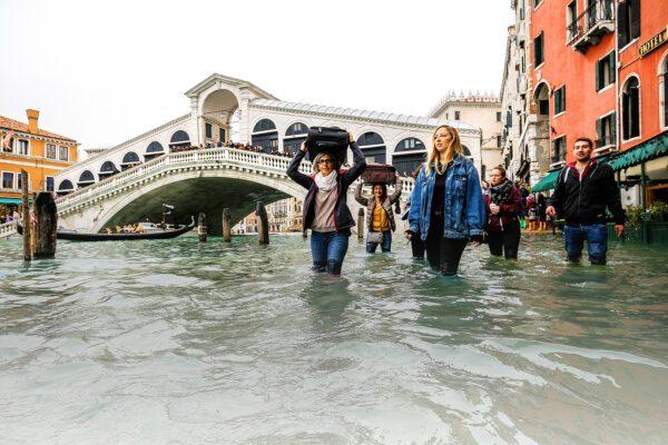 Niente Mose, niente Ilva, l'Italia casca a pezzi: non è un Paese normale