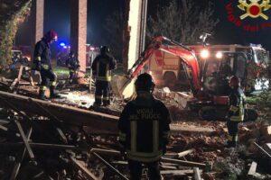 Esplode una cascina disabitata, morti tre vigili del fuoco