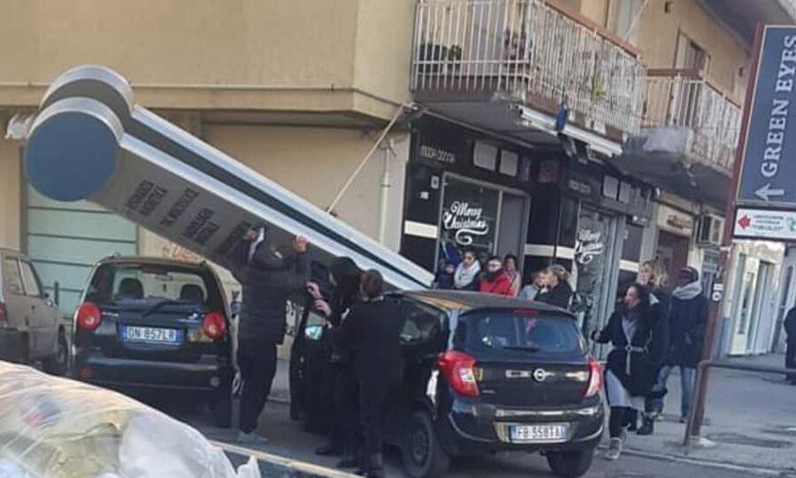Miracolo a Napoli, cartellone si schianta su auto: ragazza salva