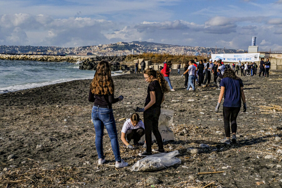 Cop21 a Napoli, in 250 per pulire le spiagge. Il ministro Costa 'suona' la spazzatura