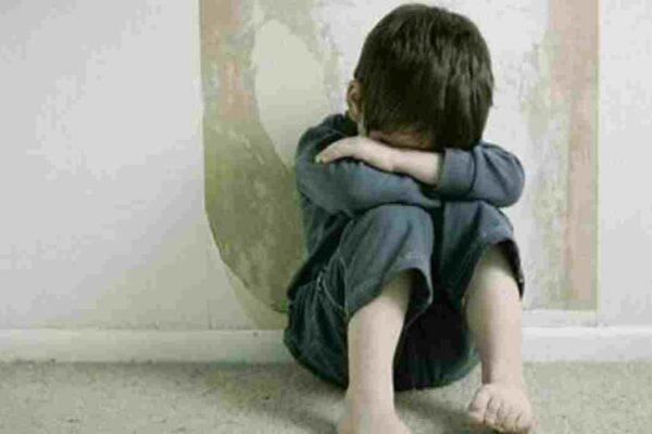 Regalava giocattoli e abusava di due fratellini: preso presunto pedofilo
