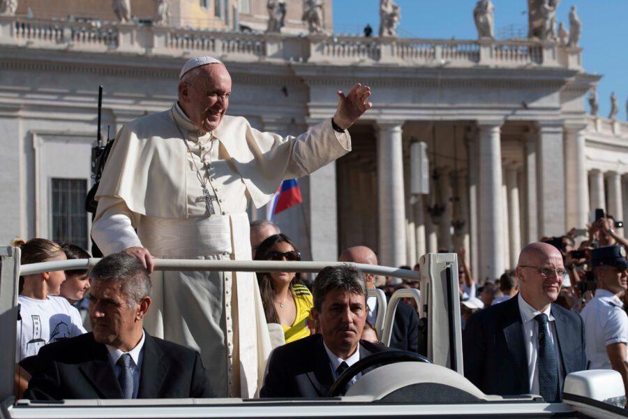 "Papa Francesco benedice i bambinelli: ""Il Presepe è Vangelo vivo"""