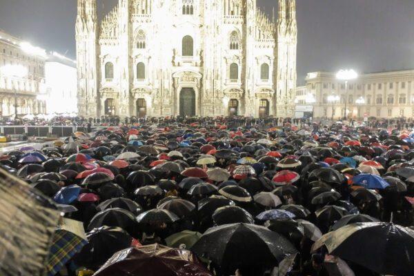 Foto LaPresse – Matteo Corner 01/12/2019 Milano, Italia Cronaca Manifestazione sardine a passo Duomo in piazza Duomo