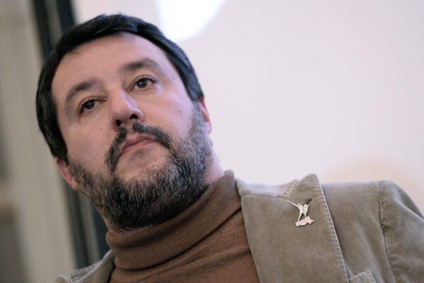 """Salvini: """"Mi è arrivata la denuncia di Carola Rackete, per addolcire la giornata una fetta di pane e Nutella"""""""