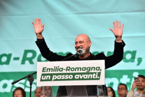 """Al via la campagna di Bonaccini, in 10mila in piazza: """"Questa terra non si prende"""""""