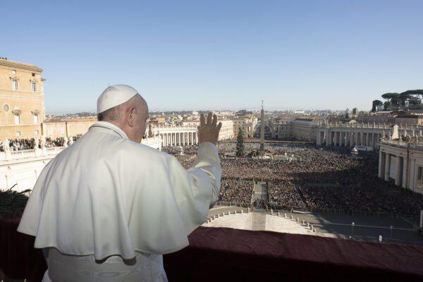"""Natale, Papa Francesco ricorda i migranti: """"Obbligati ad attraversare mari diventati cimiteri"""""""