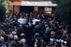 """I funerali di Gaia e Camilla, la dura omelia di don Gian Matteo: """"Il senso della vita non è bere e fumare"""""""