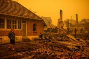 Australia, Capodanno tra le fiamme: migliaia di turisti si rifugiano sulle spiagge