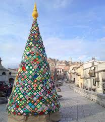 L'albero di Natale ad uncinetto diventa una star: esposto nelle città italiane e nel mondo