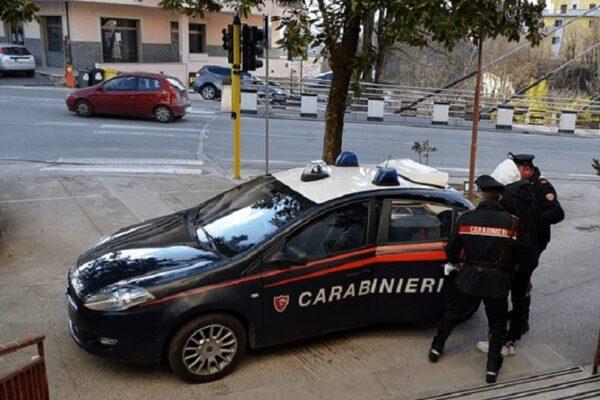 Bibbiano, cerca di soffocare la moglie ma il figlio 14enne chiama i carabinieri: arrestato