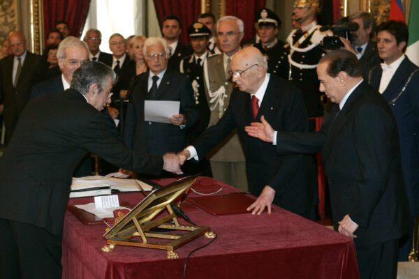 """Napolitano """"terrone"""", il presidente Mattarella concede la grazia a Bossi"""