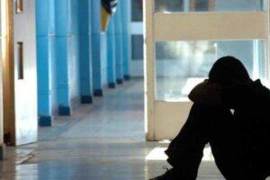 Offese, pugni e sigarette spente sul collo, bullismo a scuola: due minori in comunità