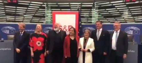 """Gentiloni e gli altri commissari socialisti Ue cantano """"Bella Ciao"""", il video diventa subito virale"""