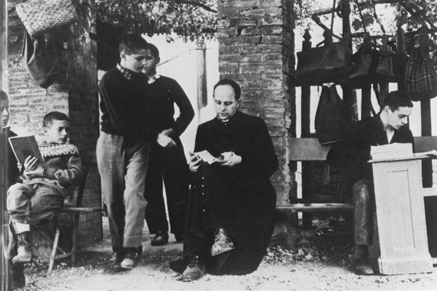 Don Lorenzo Milani, il prete che odiava il merito e restò solo