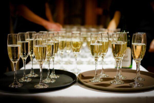 A Natale record storico, lo spumante batte lo champagne per il brindisi
