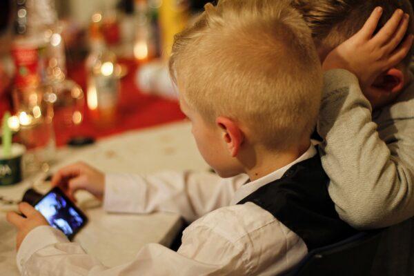 Giovani e smartphone: l'esempio sbagliato lo danno gli adulti