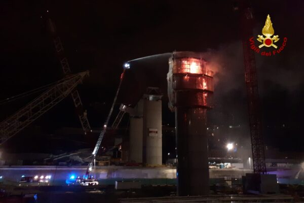 Fiamme nel cantiere del nuovo viadotto di Genova: nessun ferito